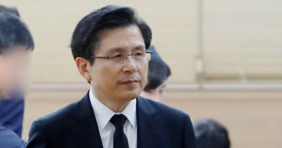 장인상을 당한 황교안 자유한국당 대표가 서울 송파구 아산병원 장례식장에 마련된 빈소를 지키고 있다. [뉴시스]