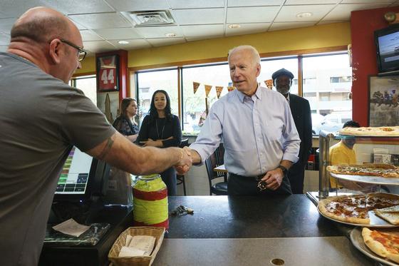 조 바이든 전 민주당 부통열이 25일 2020년 대선 출마선언을 한 뒤 델라웨어주에서 피자가게에 들러 경선 선거운동을 하고 있다.[AP=연합뉴스]
