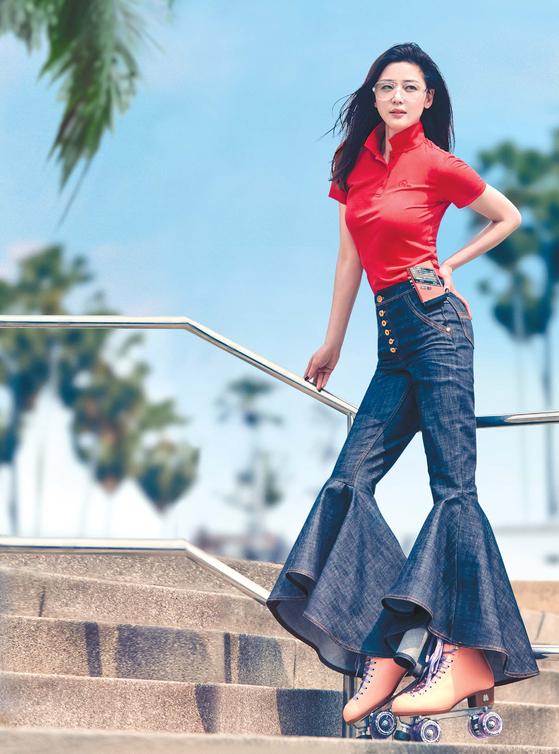 배우 전지현이 '프레도 폴로티셔츠'를 입고 포즈 를 취했다. 나팔바지 등과 어울리며 복고 매력이 물 씬 풍긴다. [사진 네파]