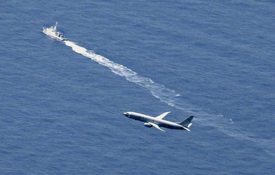 지난 10일 일본 해상보안청 함정, 헬기와 미군 항공기가 사고 해역에서 수색작업을 하고 있다. 연합뉴스
