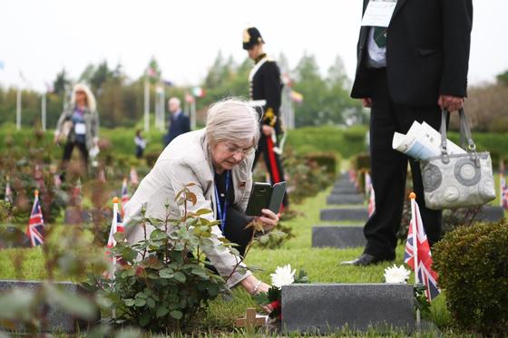 지난 24일 부산 UN군 묘지에서 매리 애니 스콧이 큰삼촌 윌리엄 로리머의 묘지룰 찾아 헌화하고 있다. [사진 국가보훈처]