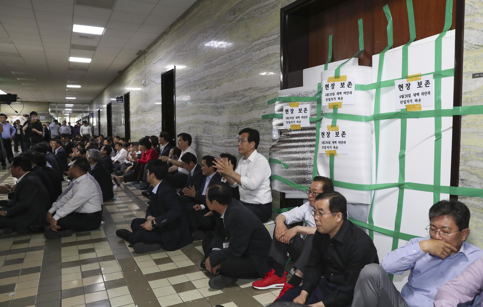 자유한국당 의원과 관계자들이 26일 국회 의안과의 부서진 문 앞을 지키고 있다. 임현동 기자