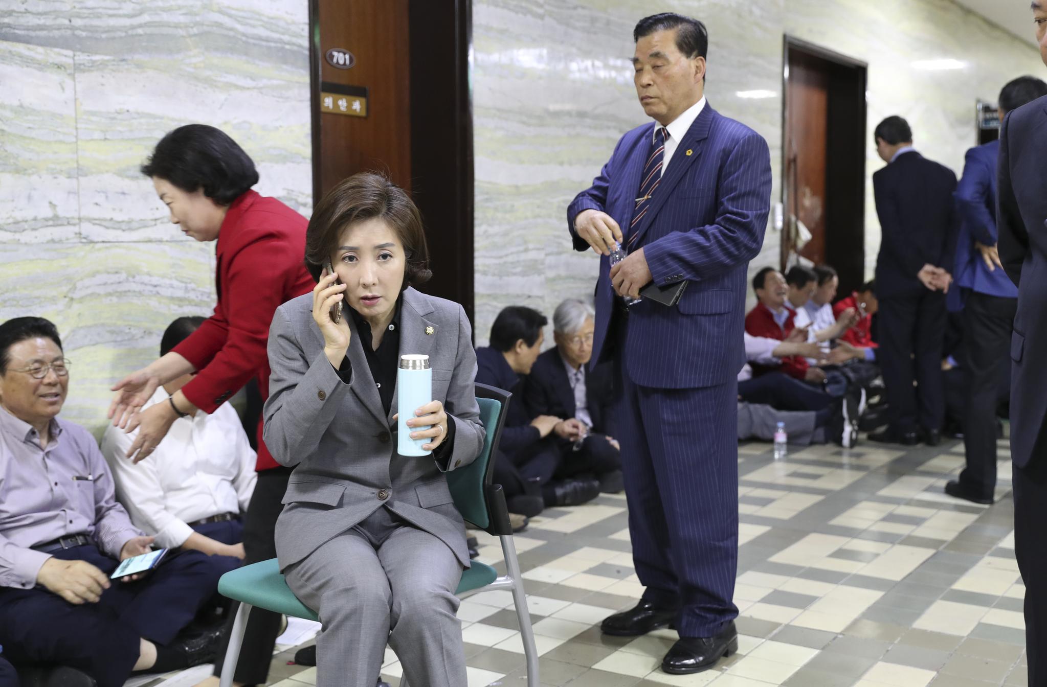 자유한국당 나경원 원내대표와 의원, 보좌관, 관계자들이 26일 오전 국회 본청 의안과 앞을 지키고 있다. 임현동 기자