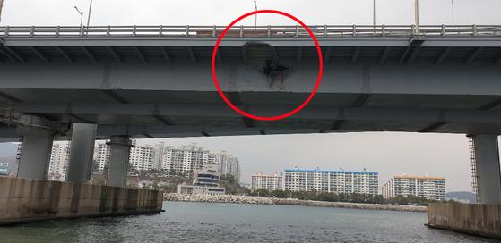 지난 2월28일 5998t 러시아 화물선 씨그랜드호에 들이받힌 부산 광안대교 하판이 파손돼 있다.[사진 부산해양경찰서]