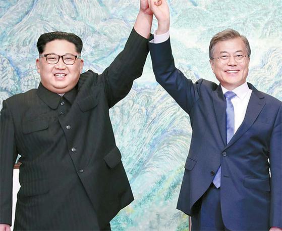 문재인 대통령(오른쪽)과 김정은 북한 국무위원장이 작년 4월 27일 판문점 평화의 집에서 열린 '한반도의 평화와 번영, 통일을 위한 판문점 선언' 서명식에서 선언문에 서명한 후 손을 맞잡고 들어보이 고 있다. [뉴시스]