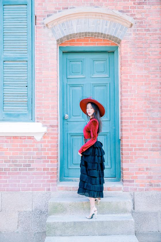 낡은 문은 개화기 의상 체험의 좋은 사진 배경이 된다. [사진 경성스타일]