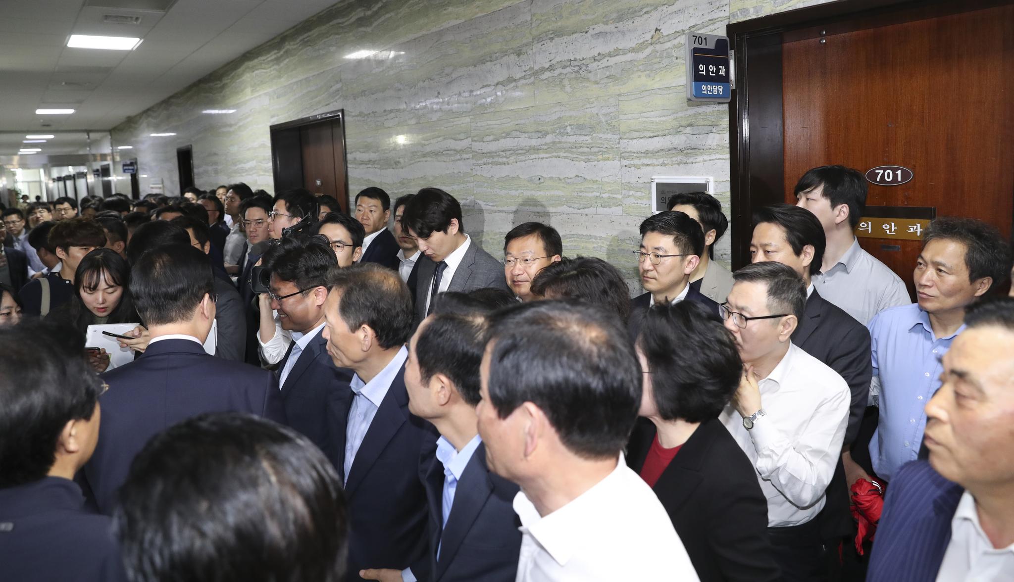 민주당 신경민, 안민석, 김경협 의원이 26일 오전 국회 본청 의안과에 모습을 드러내자 자유한국당 의원과 관계자들이 집결하고 있다. 임현동 기자