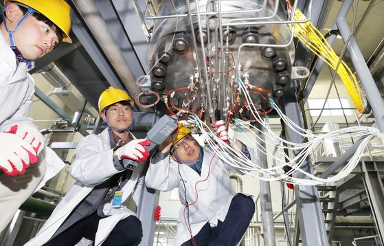 한국원자력연구원 연구원들이 원자력을 이용해 수소를 대량 생산할 수 있는 초고온가스로 기술 개발을 위한 초고온 헬륨루프(HELP) 실험실에서 연구 장비를 점검하고 있다. [프리랜서 김성태]