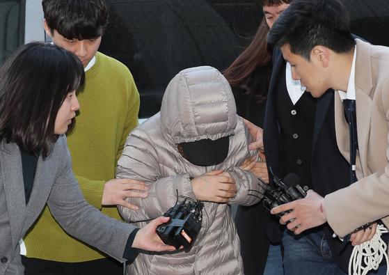 생후 14개월 된 영아를 학대한 혐의를 받는 아이돌보미 김모씨가 지난 8일 오전 서울 양천구 서울남부지방법원에서 열린 영장실질심사에 출석하고 있다. [연합뉴스]