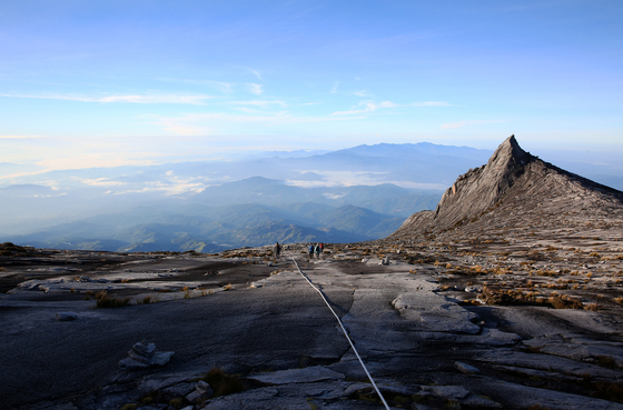 키나발루산 정상부의 남봉(3922m). 뾰족한 암봉이 정상부 어귀에 버티고 서 있다.