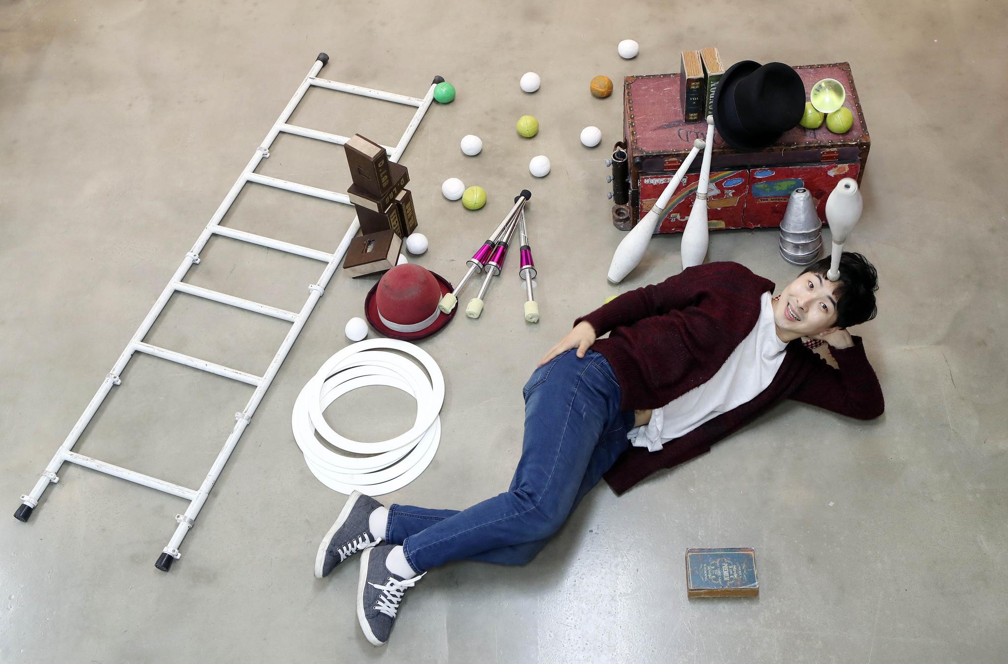 저글링 퍼포머 함서율씨가 지난 9일 경기도 구리 연습실에서 자신이 공연 때 사용하는 모자,볼, 컵 등 다양한 저글링 도구와 함께 포즈를 취했다. 변선구 기자
