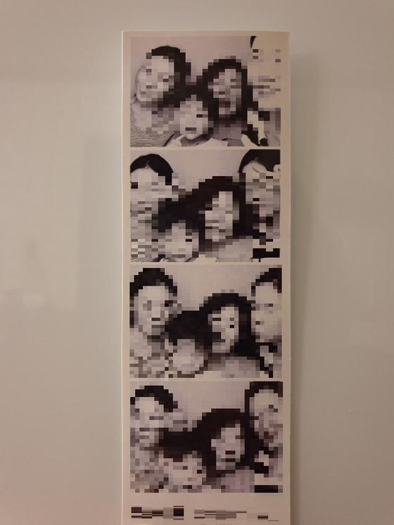 지난해 12월 전북 전주의 한 아파트 드레스룸에서 사망한 여성 A씨(사망 당시 27세)가 생전에 아들(3)과 쌍둥이 여동생, 친정어머니 등과 함께 찍은 사진. [사진 A씨 유족]