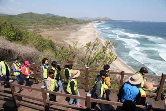 DMZ 평화의길 고성 코스가 처음으로 개방된 27일, A코스에 참가한 탐방객들이 해안 철책으로 이동하고 있다. 최승표 기자