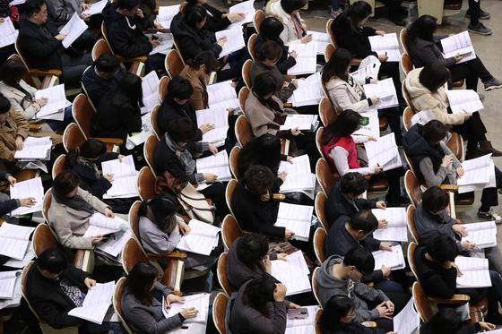 지난달 9일 서울 강남구 진선여고에서 열린 입시설명회에서 학부모들이 설명을 듣고 있다. [뉴스1]