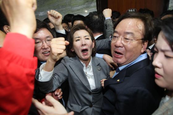 나경원 자유한국당 원내대표와 의원과 보좌진들이 25일 오후 서울 여의도 국회 의안과 앞에서 경호권발동으로 진입한 국회 경위들을 저지하며 헌법수호를 외치고 있다. 김경록 기자