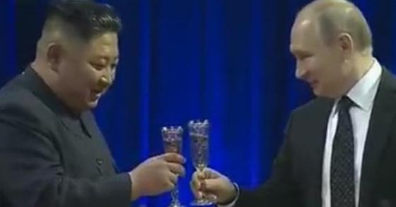김정은 북한 국무위원장과 푸틴 대통령은 3시간여의 단독·회담을 모두 마친 뒤 만찬장으로 이동해 건배를 들고 있다. [연합뉴스TV]