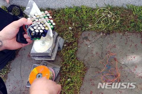 27일 오후 2시30분쯤 서울 강서구 김포공항 국제선 1층 입국장 인근 남자화장실에서 발견된 폭발 의심물체. 폭발 의심물은 알카라인 건전지를 전선으로 휘감은 상태였고 구형 휴대전화와 연결돼 있었으나 폭발 등을 일으키는 뇌관 삽입되지 않았다. [뉴시스]