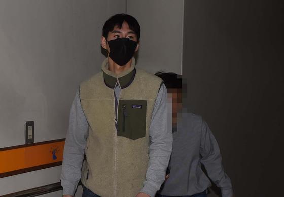 심의받지 않은 광고를 한 혐의 등으로 기소된 유튜버 밴쯔가 25일 오전 대전 서구 둔산동 대전지법에 들어서고 있다.[연합뉴스]