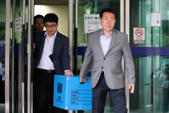 검찰이 지난해 9월 서울 서초구 서울고등법원에서 압수수색을 마치고 압수품을 옮기고 있다. [뉴스1]
