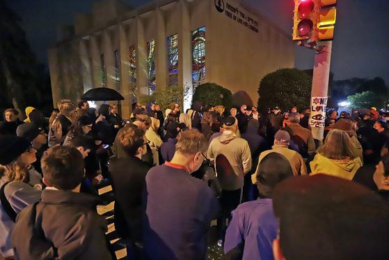 희생자들을 추모하기 위해 유대교 회당 앞에 모인 시민들의 모습. [AP=연합뉴스]