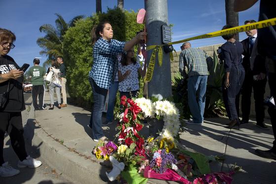 시민들이 사고 현장 인근에 추모의 메시지를 남기는 모습. [EPA=연합뉴스]