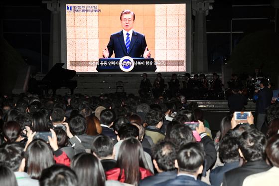 27일 판문점 평화의집앞에서 열린 판문점 선언 1주년 기념싱행사에서 참석지들이 문재인 대통령의 영상메시지를 듣고있다.