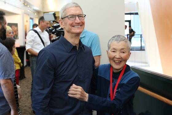 팀 쿡 애플 CEO와 만난 일본의 'IT 수퍼 할머니' 와카미야 마사코. [사진 유튜브 캡처]