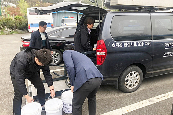 태안해경 관계자들이 압수한 괭이갈매기 알 1600여 개를 국가 연구기관 등에 전달하기 위해 차량에 싣고 있다. [사진 태안해경]