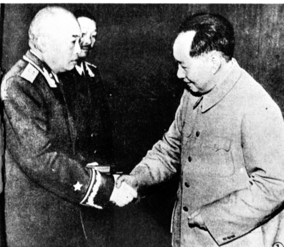 중국인민지원군사령관 펑더화이(왼쪽)가 마오쩌둥(오른쪽)으로부터 훈장을 받고 있다. [중앙포토]