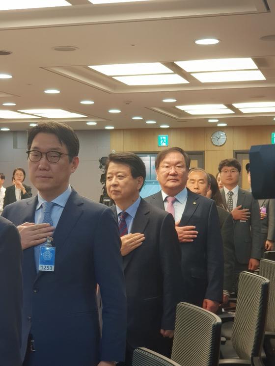 노웅래(왼쪽에서 두번째) 더불어민주당 의원과 같은 당 김태년(세번째) 의원 [현일훈 기자]