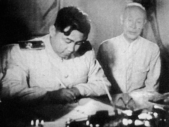 북한 김일성 당시 내각 수상이 1953년 7월 27일 오후 10시 휴전협정에 서명하는 모습.[연합뉴스]