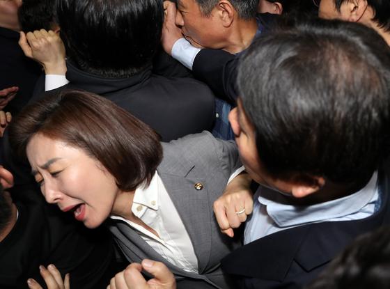 25일 오후 서울 여의도 국회 의안과 앞 나경원 한국당 원내대표와 의원들.  뉴시스]