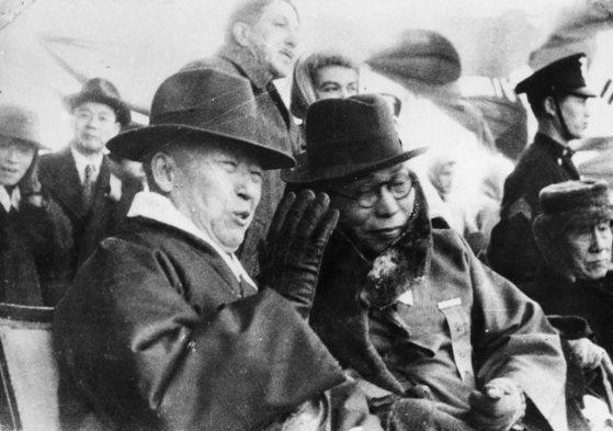 1945년 12월 서울 운동장에서의 임시정부 환국 봉영식 석상에서 이승만(왼쪽)과 김구(오른쪽)
