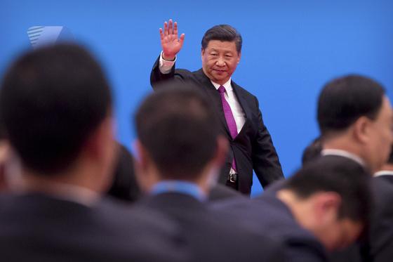 27일 중국 베이징 근교 옌치후에서 열린 제2회 일대일로 국제협력 정상포럼 기자회견을 마친 시진핑 중국 국가주석이 국내외 취재진에 손을 흔들며 회견장을 떠나고 있다. [연합=AP]