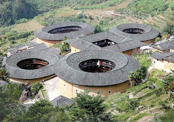 중국 푸젠성 난징(南靖)현에 있는 전라갱토루군(田螺坑土樓群). 흙다짐으로 4층 높이의 흙아파트를 지었다. [중앙포토]