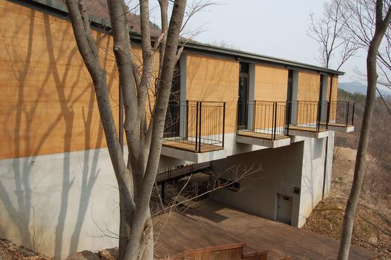 이규봉 건축가와 신근식 교수가 함께 설계하고 지은 괴산 숲생태 체험관[사진 건축연구소 알콘]