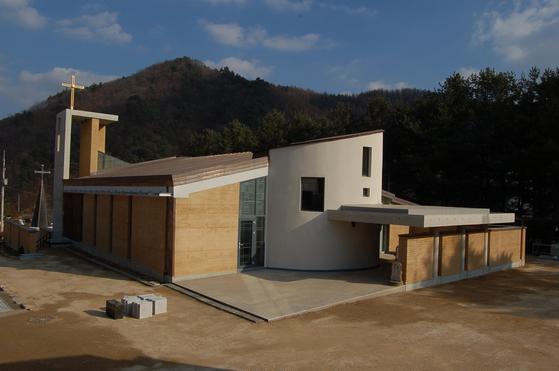 2009년 완공한 강원도 홍천 내면성당. 이규봉 건축가와 고 신근식 교수가 공동으로 설계하고 지었다. [사진 건축연구소 알콘]