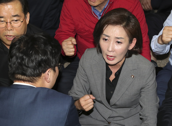 나경원 자유한국당 원내대표(오른쪽)이 지난 26일 오후 국회 사개특위 회의실 앞에서 민주당 박범계 의원이 말을 걸어도 구호만 외치고 있다. 임현동 기자