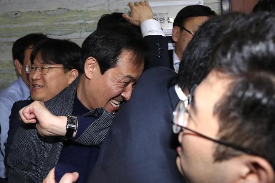 우상호 더불어민주당 의원이 26일 오전 서울 여의도 국회 의안과 앞에서 법안제출을 막아서는 자유한국당 관계자들을 밀고 있다. [뉴스1]