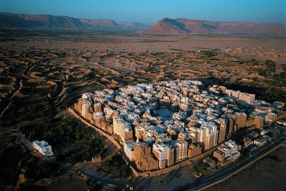 인류 역사상 가장 오래된 마천루라 불리는 예멘의 고대 도시 시맘의 모습. 5~8층짜리 흙집에서 7000여명이 지금도 살고 있다. [사진 효형출판]