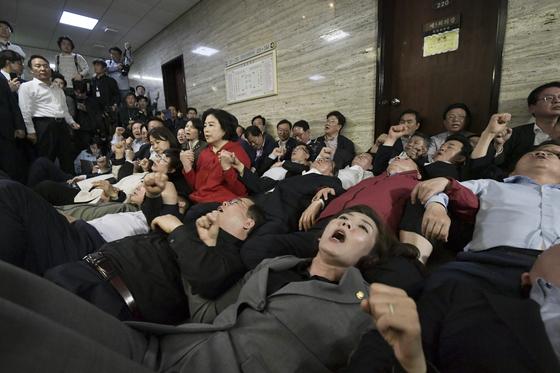 나경원 자유한국당 원내대표(앞줄 오른쪽)와 의원들이 지난 26일 오후 국회 사개특위 회의실 앞에 누워 이상임 위원장과 민주당 의원들의 회의실 진입을 막고 있다. 임현동 기자