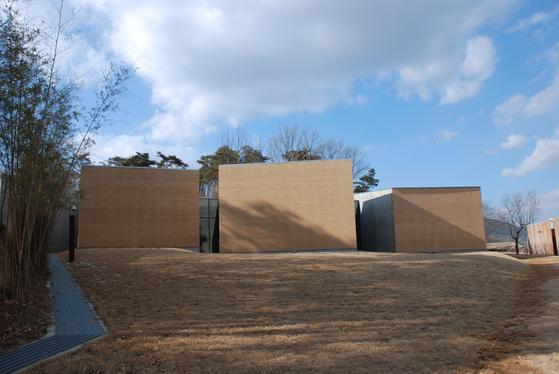 조성룡 건축가가 설계한 충남 홍성 '이응노의 집'의 전경. 건물의 일부 벽을 흙다짐으로 썼다.[사진 건축연구소 알콘]