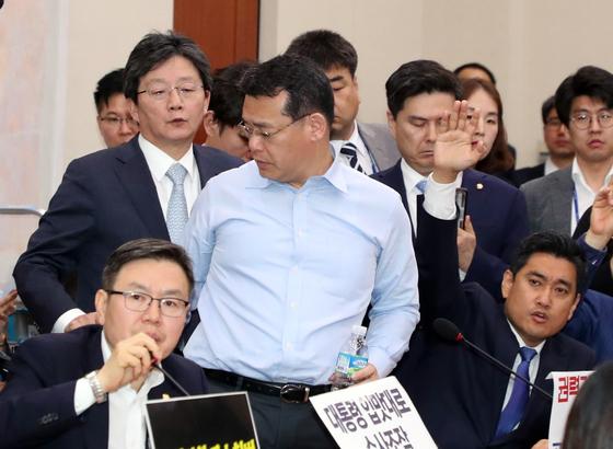 임재훈 바른미래당 의원이 26일 서울 여의도 국회에서 열린 사개특위회의에서 발언을 마치고 이석하고 있다. 뉴스1