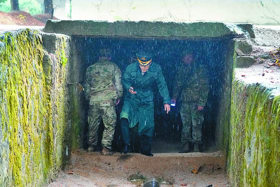 지난해 10월 JSA 비무장화 검증하는 남측 군 관계자들 모습. [국방부 제공]