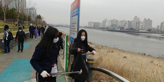 인천 소래포구에서 쓰레기를 치우는 진효원 학생모델. 환경정화 캠페인에 참여한 뒤 환경 교육 연수도 받고 평소 일회용 컵 안 쓰기, 대중교통 이용하기 등을 실천하고 있다.