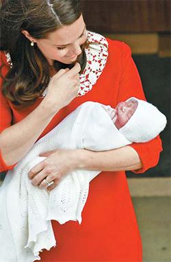 지난해 4월 23일 케이트 미들턴 왕세손비가 삼남 루이스 왕자를 출산한 직후 병원을 떠나며 사진 촬영을 하고 있다. [AP=연합뉴스]