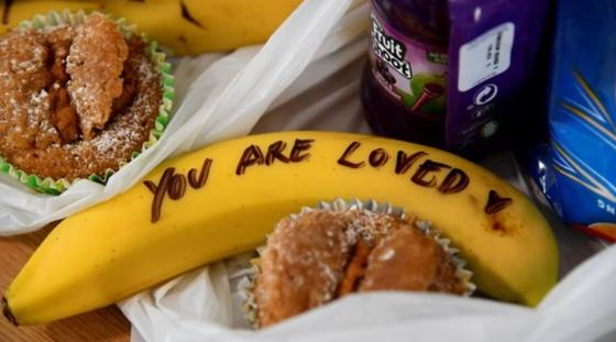메건 마클이 성매매 여성 지원단체를 찾아 손으로 직접 글씨를 새긴 바나나를 줘 화제를 모았다. [영국 BBC 캡처]