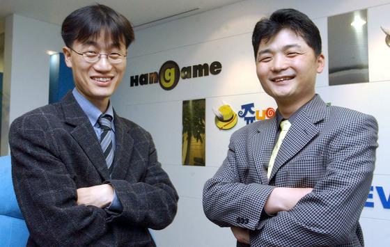 2003년 4월 당시 NHN 공동대표였던이해진(왼쪽) 네이버 글로벌투자책임자와 김범수 카카오이사희 의장.[중앙포토]