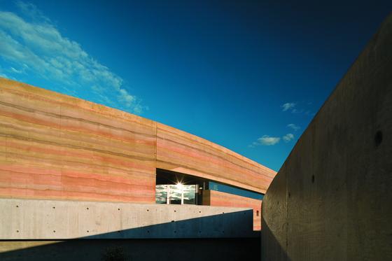 캐나다 인카밉 사막문화센터의 모습. 책 『건축, 흙에 매혹되다』에 따르면 흙에 다양한 색의 안료를 첨가해 흙다짐 벽을 만들기도 한다. [사진 효형출판]