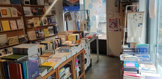 독립출판물을 주로 판매하는 서점으로 에코백 등 아기자한 소품도 판매한다. 염지현 기자